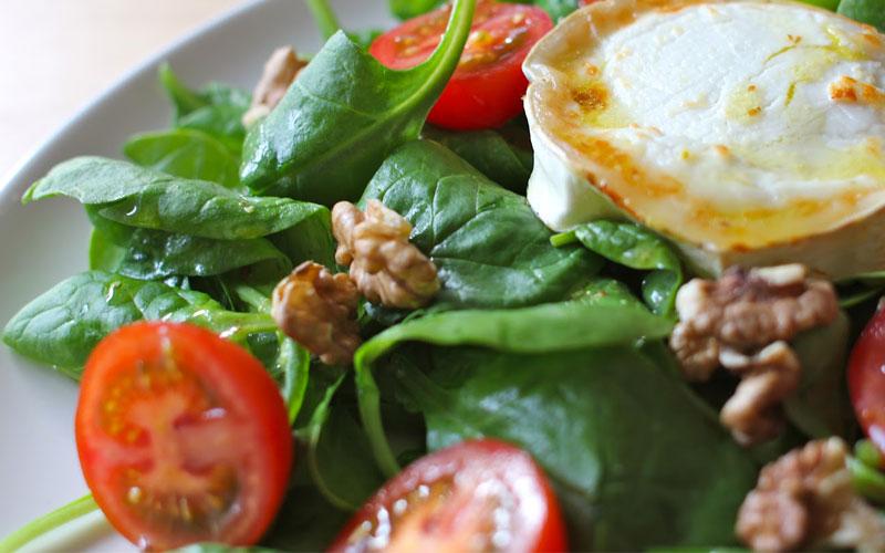 Salade met geitenkaas en tomaat