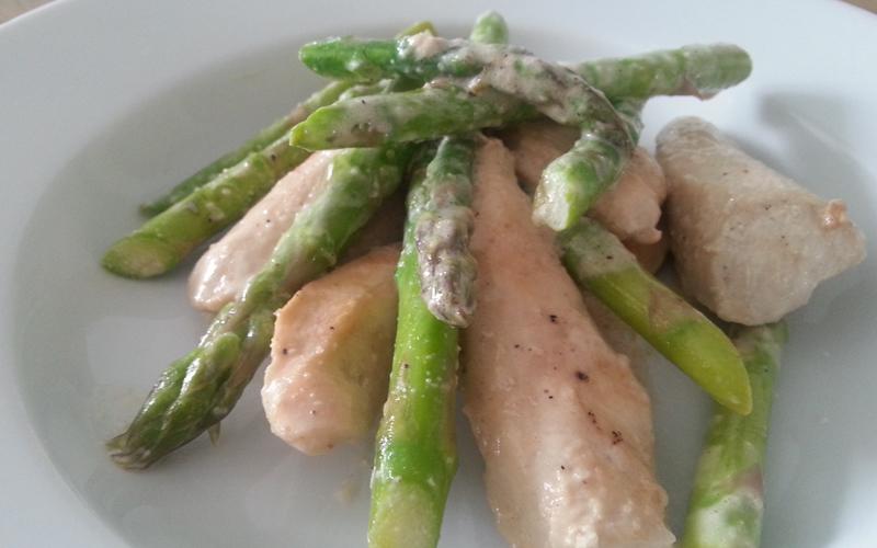 Groene asperges met kip in roomsaus