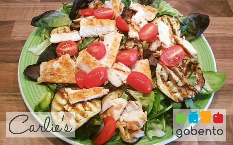 Salade met aubergine en gegrilde kip